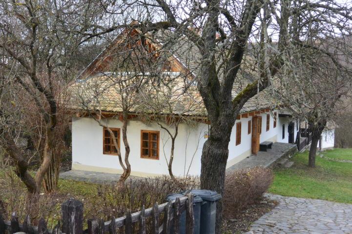új építésű ház a régiek között