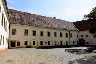 Sárvári vár udvara