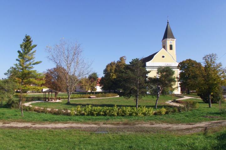 Kisboldogasszony-templom és a mellette lévő kis park