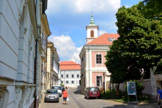 Vár utca, háttérben a Szent Imre-templom tornyával