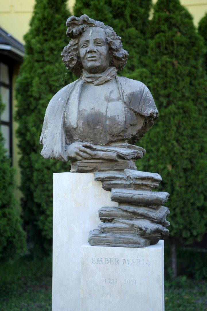Ember Mária írónő szobra