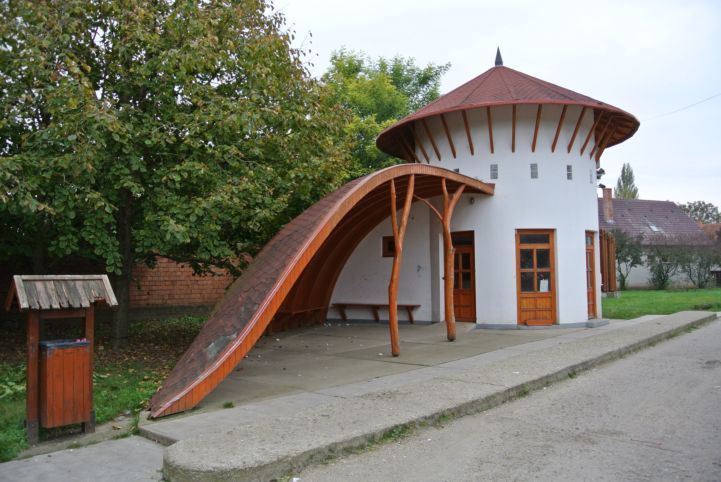 Makovecz-stílusú buszmegálló