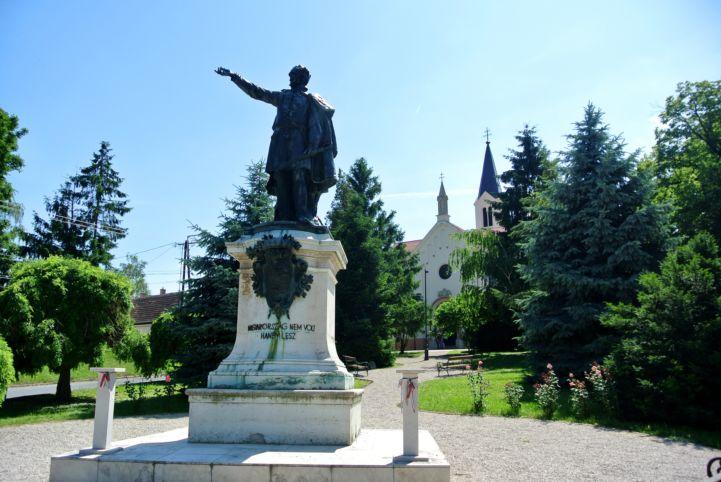 Széchenyi István egész alakos bronzszobra