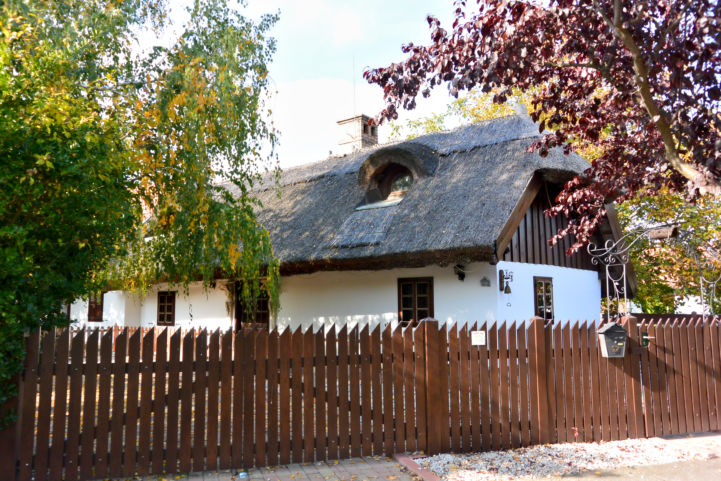 nádtetős lakóház Balatonszentgyörgyön