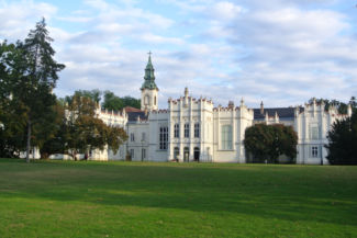 a Brunszvik-kastély és a Szent Anna-templom a kastélyparkból nézve