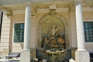 Zeusz harca a szörnnyel szökőkút a díszkertben