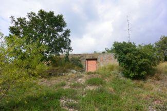 egykori katonai bunker, egyben a Józsi nevű haragos sikló korábbi téli alvóhelye