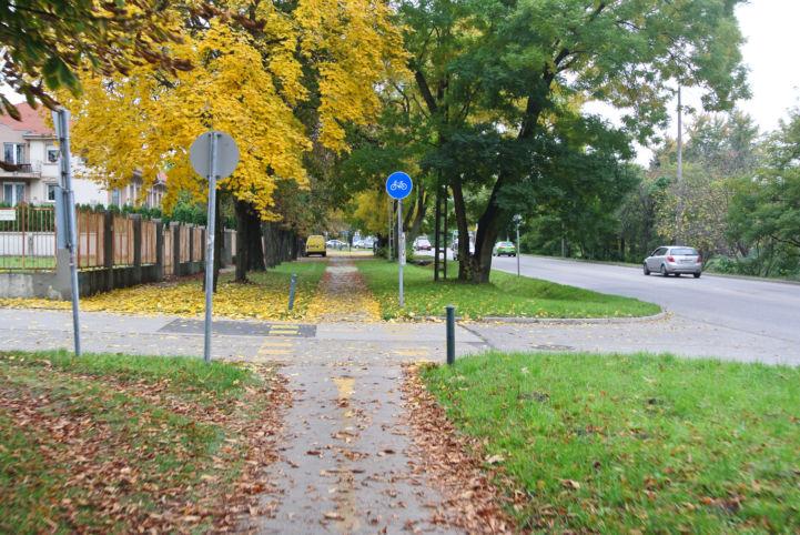 őszi színekbe öltözött kerékpárút