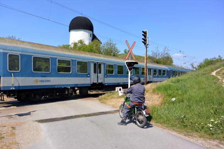 a Kerektemplom lábánál halad el a Veszprémet és Székesfehérvárat összekötő vasútvonal