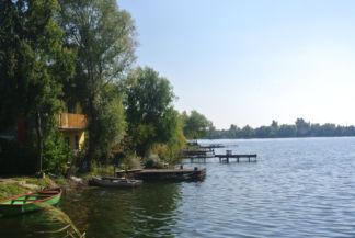 horgászállások a tó partján