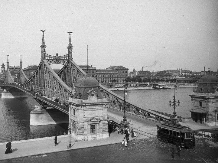 Az egykori Ferenc József híd (ma Szabadság híd) a Szent Gellért tér felől. Ekkor még álltak a vámszedőházak a budai oldalon is