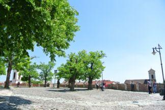 a Keresztelő Szent János-templom (Vártemplom) melletti tér