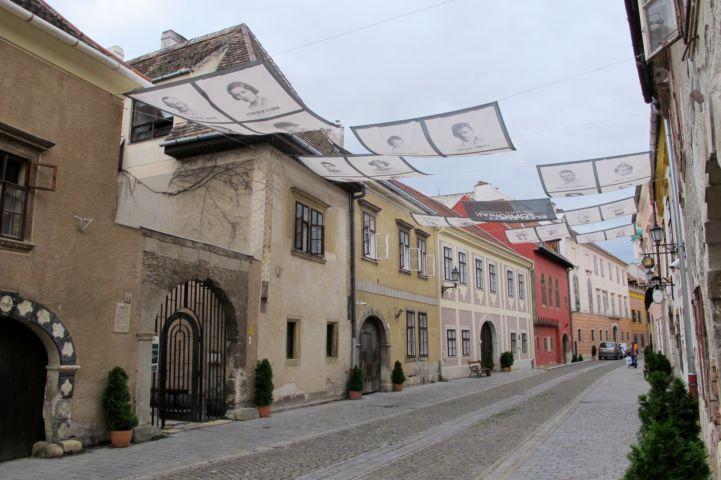 az Elfeledett Soproniak kiállítást hirdető napvitorlák az Új utca fölött, az Ózsinagóga és az Újzsinagóga között