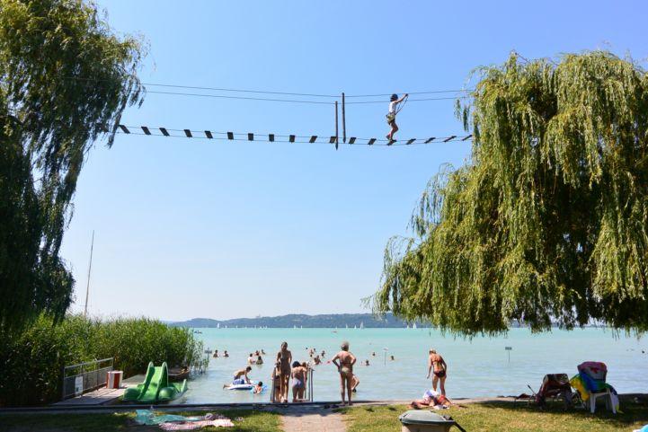 kötélpálya a strand felett (Brázay-Kalandpart)