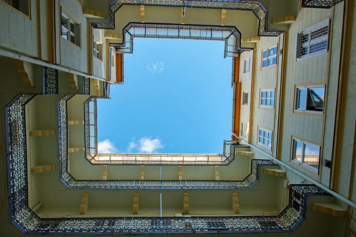 Erzsébet krt. 35.: Ybl Miklós tervei alapján készült három emeletes bérház a Wesselényi és a Dob utca között. Az egyes emeletek és lakások közötti szociális rangkülönbségek már az udvarról nézve is előtűnnek. Fotó: Gyulai Szilvia Forrás: Budapest100