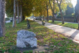Kettős lófej című szobor a Béla király sétányon