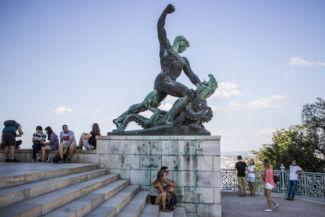 küzdő alak a Szabadság-szobor jobb oldalán