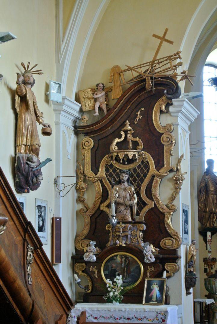 a Mindenszentek templom egyik mellékoltára