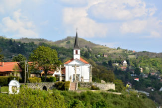 kápolna a Szent Tamás-hegyen a Várhegyről fotózva