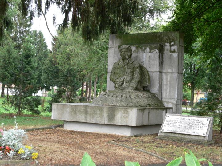 Magyar Honvédség 26. Bottyán János Gépesített Lövészdandár emlékművének egyik tagja - a herendi vasúti szerencsétlenség során meghalt tíz harckocsizó emlékére állított szobor