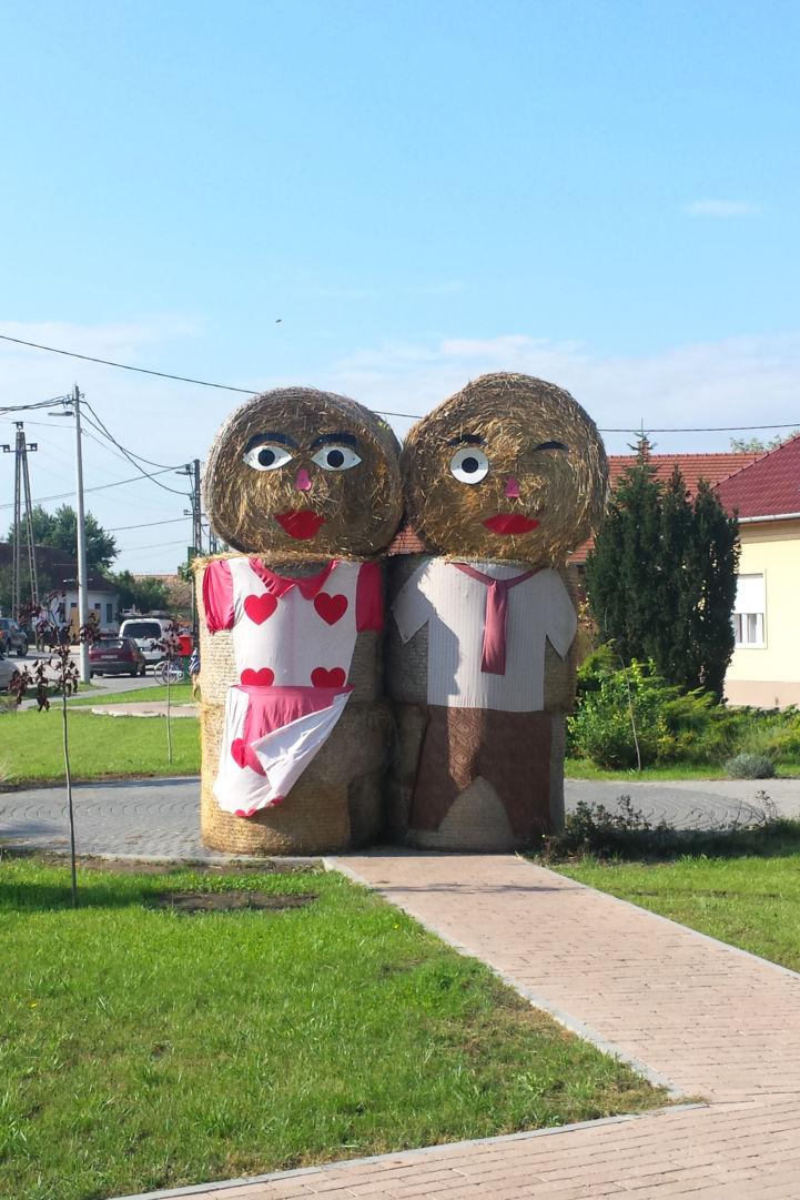 felöltöztetett szalmabálák a Rákóczi utca mellett
