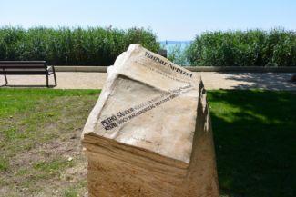 Pethő Sándor, a Magyar Nemzet alapítójának szobra, részlet. Pethő Balatonfüreden hunyt el 1940-ben, az emlékére 2015-ben állítottak szobrot a Tagore sétányon.