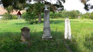 régi sírkövek a temetőben