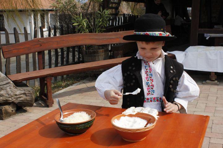 népviseletbe öltözött fiú Hollókőn