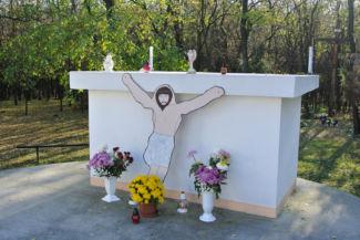 oltár a Borzaspusztai templomnál