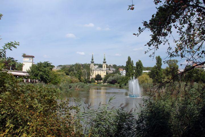 Feneketlen-tó, háttérben a Szent Imre-templommal