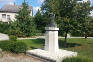 Petőfi Sándor-mellszobor a Hangya Művelődési Házzal szembeni parkban