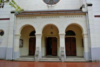 a Jézus Szíve-templom árkádos bejárata