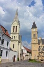 Vár utca, balra a Szent István király-templom, jobbra a Szent Mihály székesegyház
