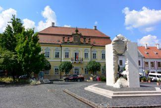 Millenniumi emlékmű, háttérben a Pósa-házzal