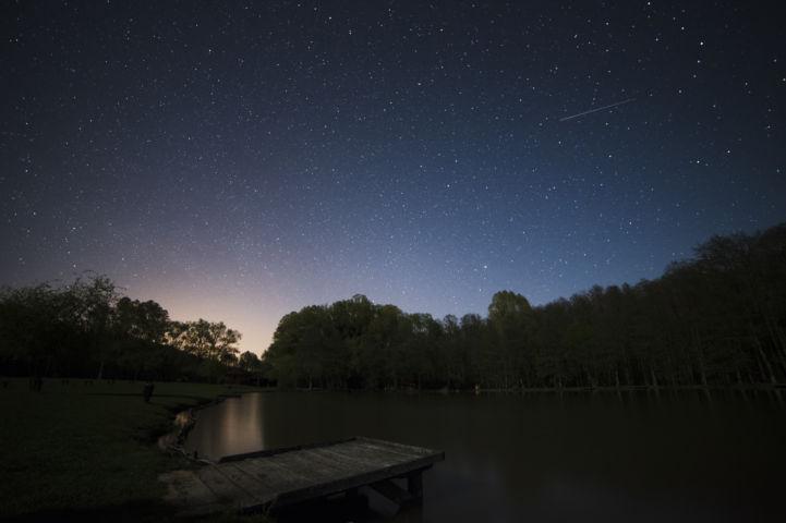 csillagos égbolt a Ropolyi-tó fölött