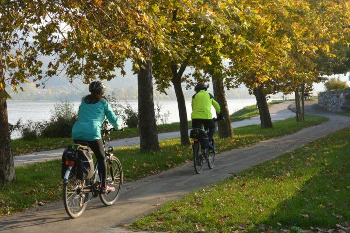 biciklisek a Béla király sétány melletti bicikliúton