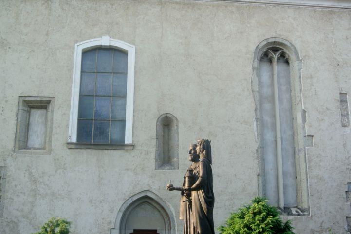 különböző korok ablakai a Szent Kereszt felmagasztalása-templom falában