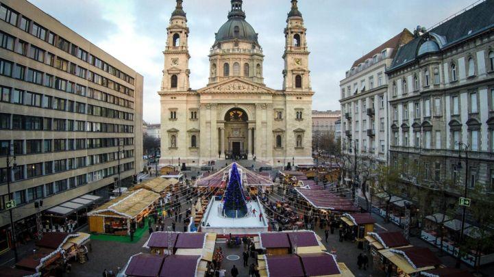 Adventi vásár és korcsolyapálya a Bazilika előtti téren (MTI Fotó: Ruzsa István)