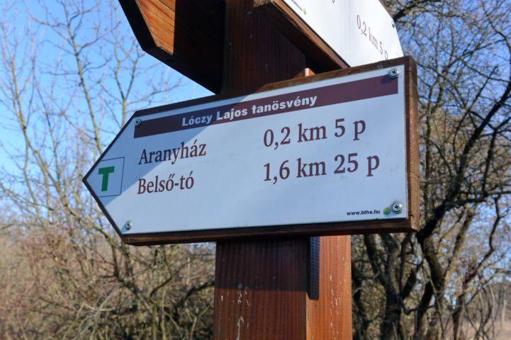 Lóczy Lajos tanösvény útbaigazító táblája a Tihanyi-félszigeten