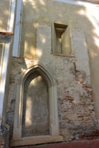 befalazott, régi kőkapu és apró ablak a Keresztelő Szent János-templom falán Balatonberényben