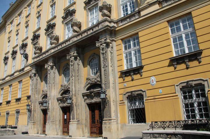 a Budai Ciszterci Szent Imre Gimnázium díszes bejárata