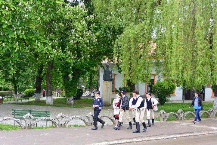 népi viseletbe öltözött fiatalok a Kőrösi Csoma Sándor művelődési ház előtt