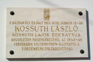 emléktábla a Kossuth Ház Galéria falán