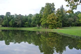 a kastély parkjában egy hangulatos tavat, annak közepén pedig egy csendes kis szigetet találunk