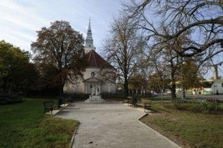 a református templom mögötti park a Szabadság-emlékművel