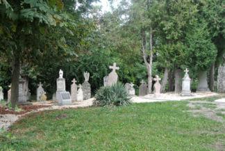 régi sírkövek a kolostor közelében
