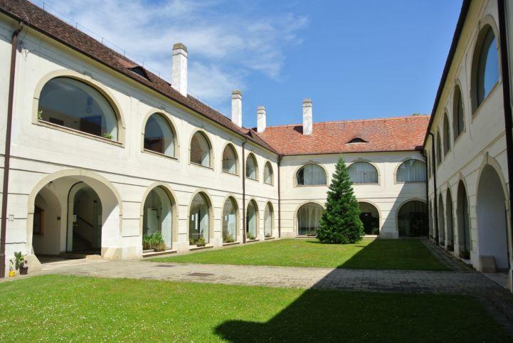 a városháza és a városi könyvtár közös belső kertje