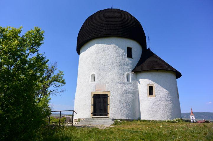 a Kerektemplom, vagy hivatalos nevén a Szent Kereszt megtalálása kápolna
