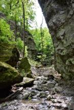 hatalmas sziklatömbök közt vezet a szurdokká szűkült út a Rám-szakadékban