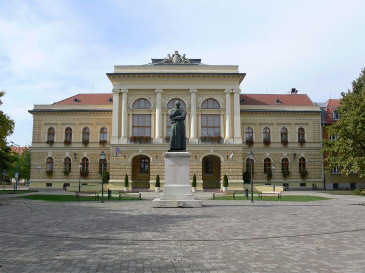 egykori Megyeháza épülete előtte Horváth Mihály szobrával